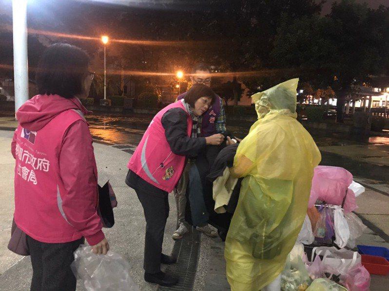 桃園市社會局長鄭貴華、社會救助科長李瓊華等人昨晚到中壢中正公園訪視街友。圖/桃園市社會局提供
