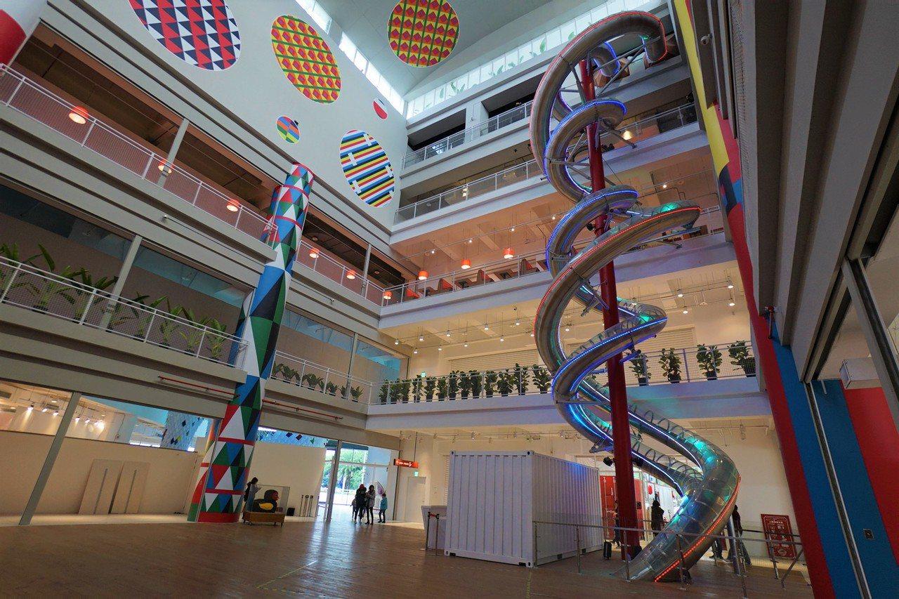 台開花蓮新天堂樂園的室內溜滑梯,長74公尺,獲金氏世界紀錄認證為世界最長,今天授...
