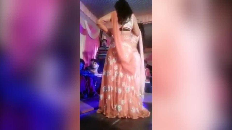 印度一場婚禮上演驚悚的一幕,一位女舞者趁著表演臨時中斷,正準備稍微休息一下時,突...