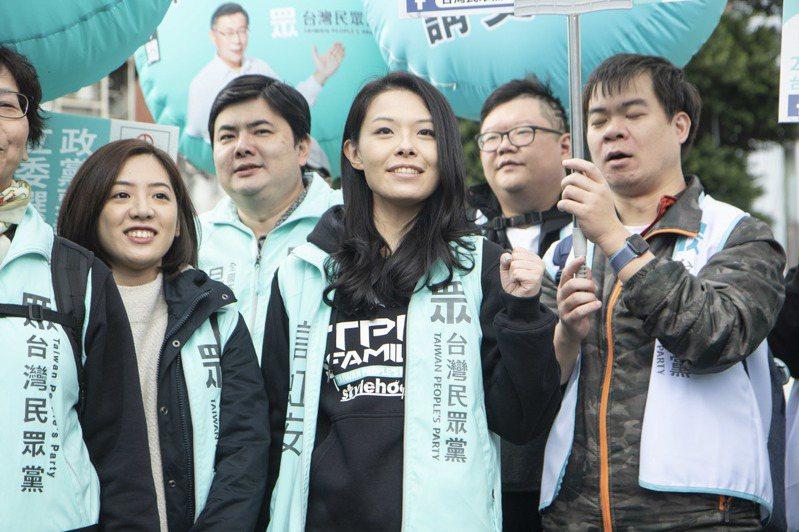 民眾黨不分區立委提名人、鴻海集團大數據辦公室主任高虹安(中)。記者王敏旭/攝影