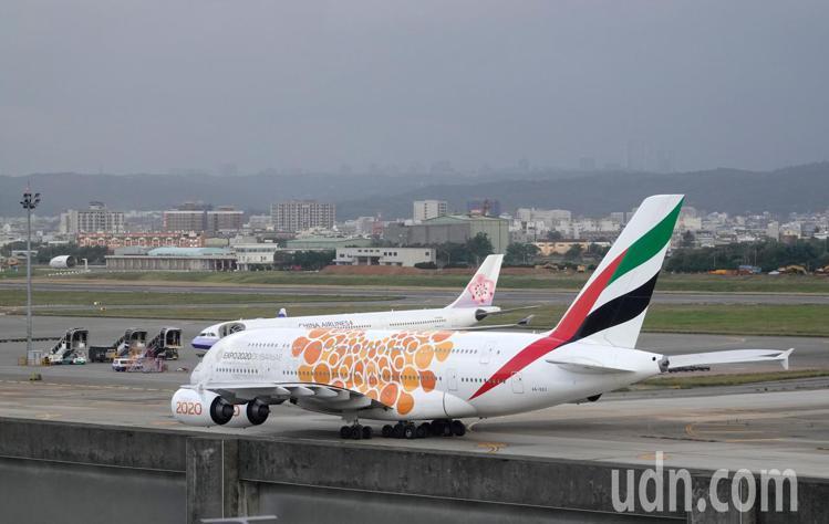 桃園機場第二航廈擴建區的戶外觀景平台以及近千坪的旅客服務區即將啟用,這全球最大的...