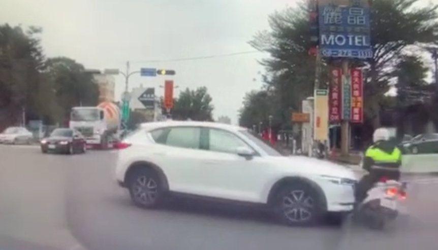 總統蔡英文台南交管警被撞倒,警方表示傷警意識清醒無大礙。畫面讀者提供