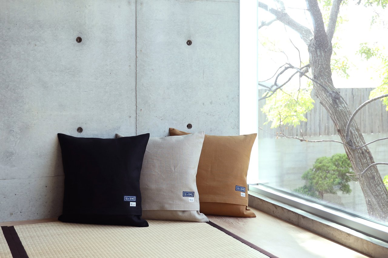 森/CASA向一澤信三郎帆布訂製了黑、淺卡其與焦糖色三種厚磅麻布的靠墊、坐墊。圖...