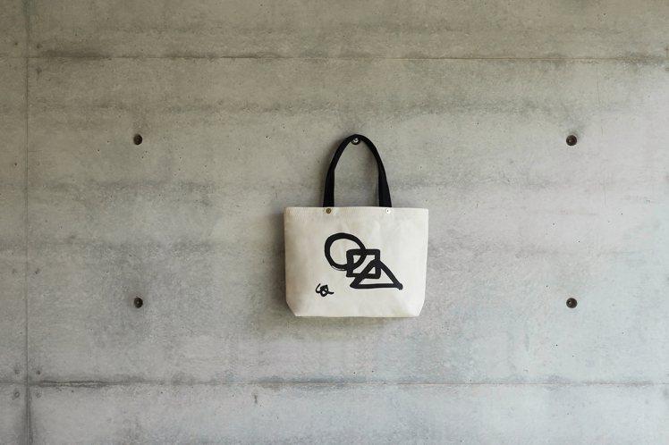 建築語彙白色帆布包。圖/森/CASA提供