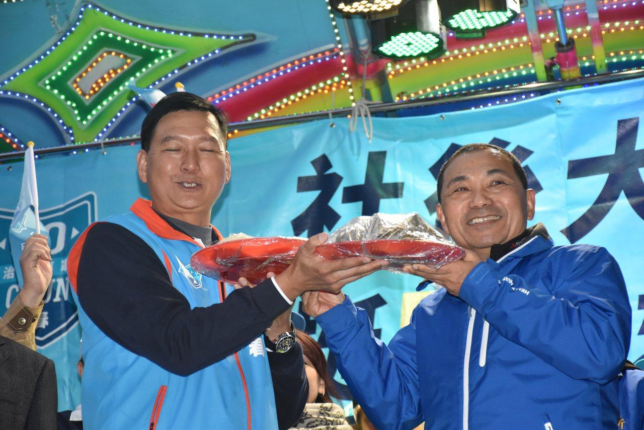新北市長侯友宜(右)送給林國春(左)包子、粽子預祝立委「包中」。記者江婉儀/攝影