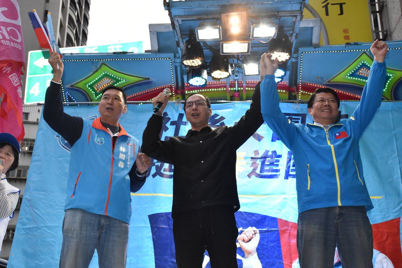 新北市前市長朱立倫(中)、國民黨台南市黨部主委謝龍介(右)今天下午參加「社後大團...