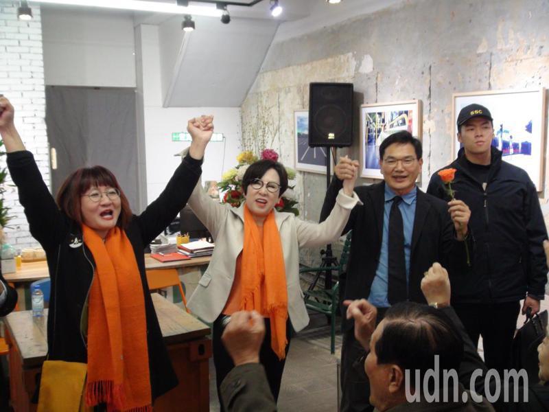 親民黨副總統候選人余湘(左二)今天下午到高雄,為高雄市第六選區親民黨立委參選人吳益政(右二)加油、打氣。記者謝梅芬/攝影