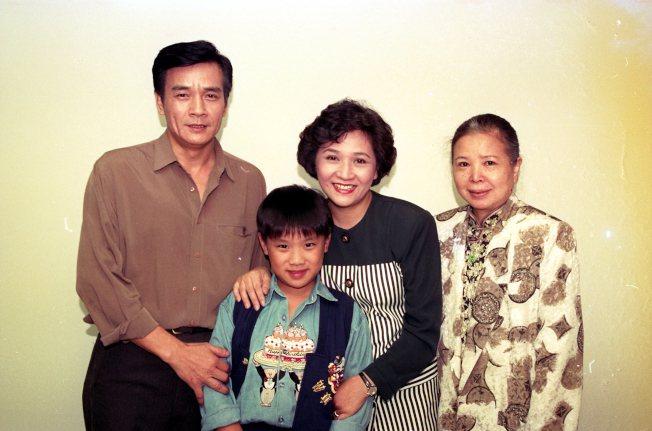 侯傑(左)過去曾是台語劇當紅小生。圖/本報資料照