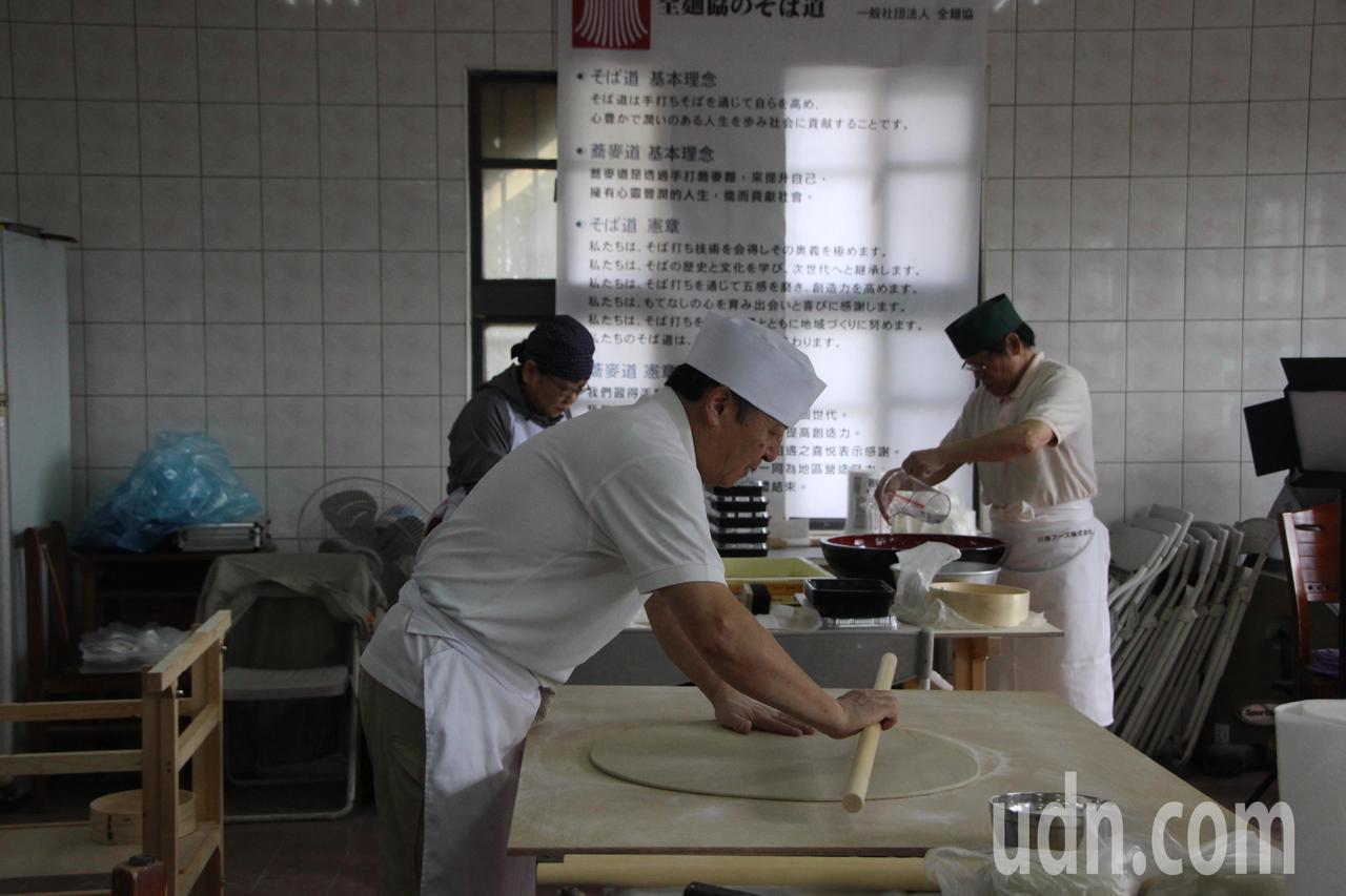日本全麵協到彰化二林蕎麥產區推廣正統蕎麥麵製作。記者林敬家/攝影