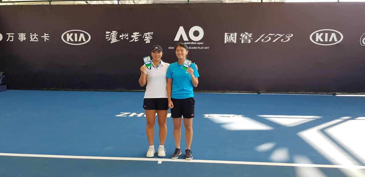 李亞軒(左)、吳芳嫺澳網外卡賽女雙封后。圖/李亞軒提供