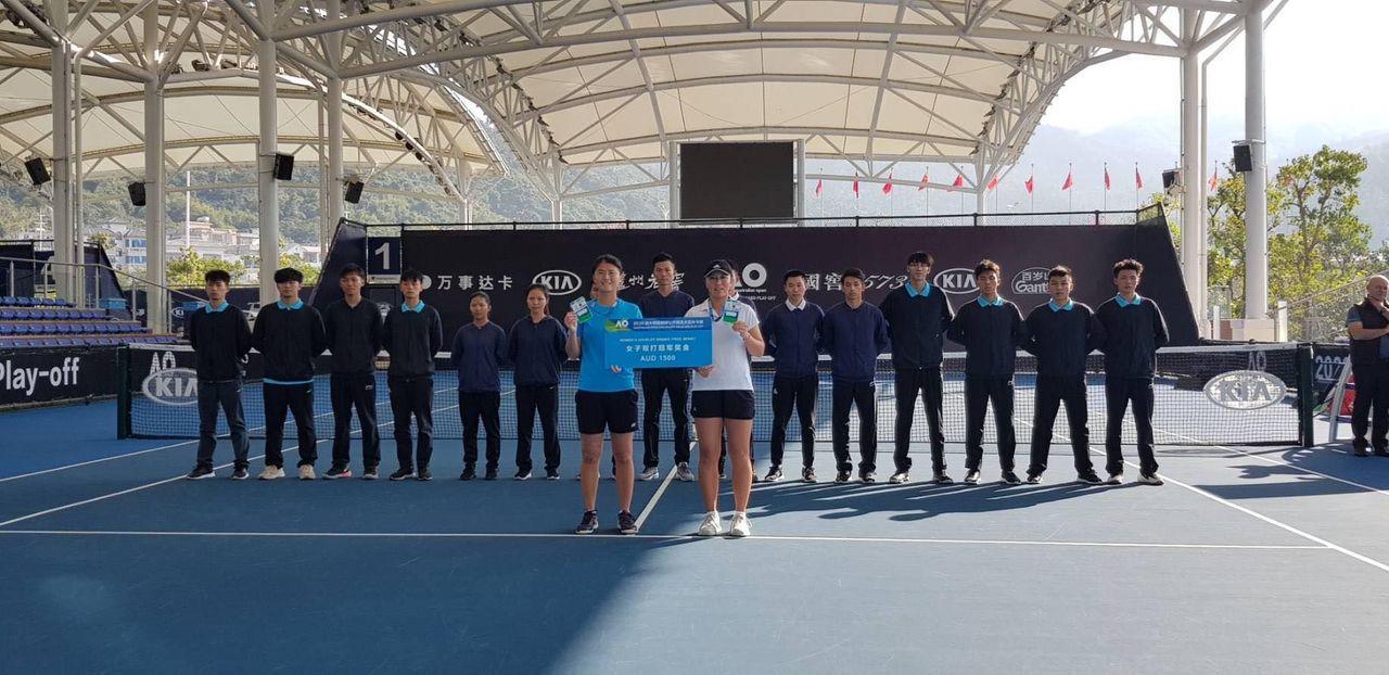 李亞軒(右)、吳芳嫺澳網外卡賽女雙封后。圖/李亞軒提供