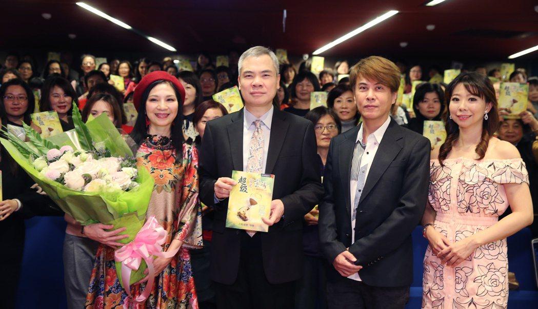 太陽盛德(左二)推出新書,小百合(左起)、江志豐與甲子慧到場力挺。記者徐兆玄/攝