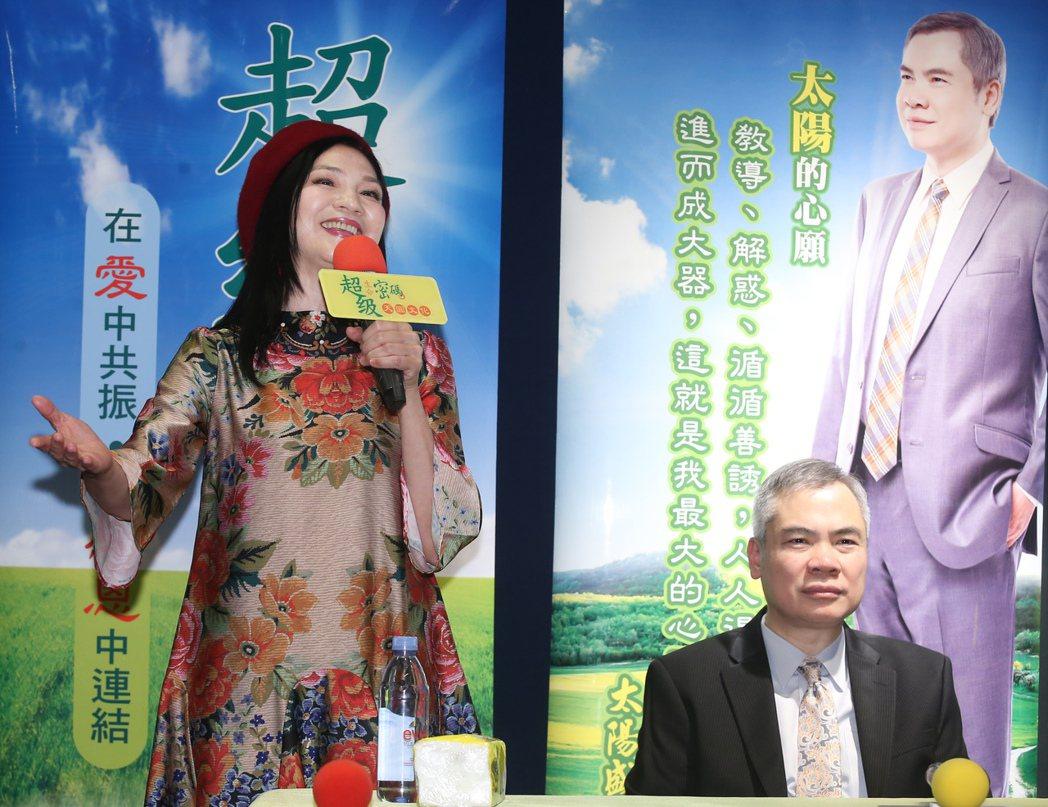 小百合(左)曾演唱太陽盛德的創作歌曲。記者徐兆玄/攝影
