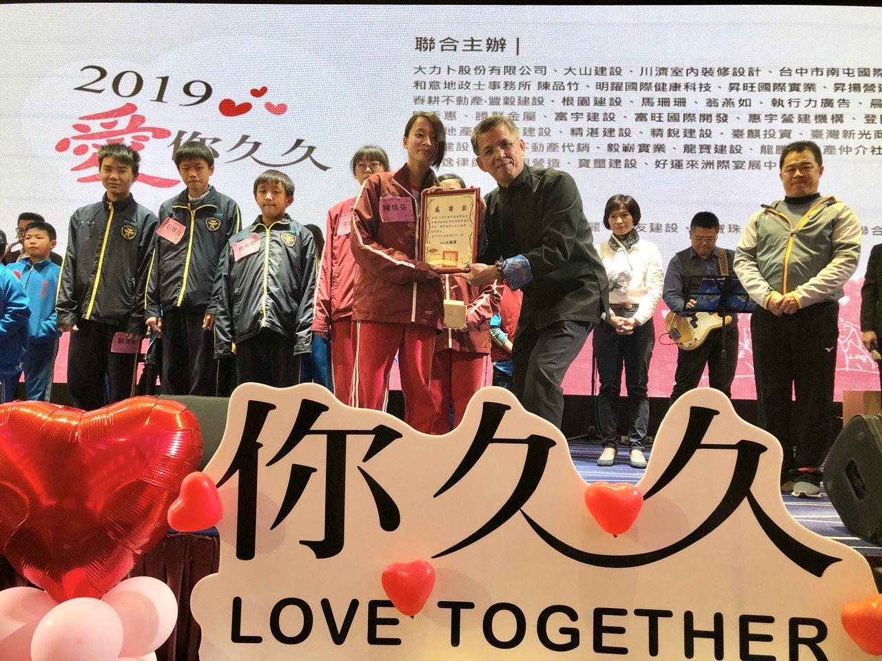 學生代表將感謝狀頒給台灣行動菩薩助學協會理事長陳志聲(右)。 記者宋健生/攝影