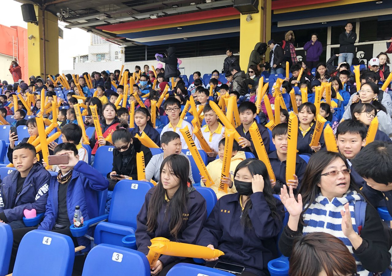 中華職棒聯盟提供亞洲冬季棒球聯盟比賽入場券,讓孩子們拿著加油啦啦棒,在場上為球員...