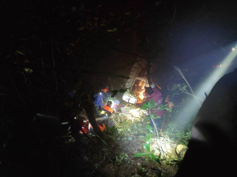 台14甲線合歡公路大貨車墜谷,救難人員摸黑搶救,並搜尋摔出車外的6歲女童下落。圖/南投縣消防局提供