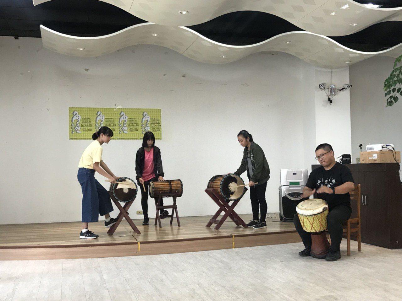 東華角落藝術節今天開幕,開幕式上,手鼓社的手鼓表演,由創辦人劉宇哲帶領3位國小學...