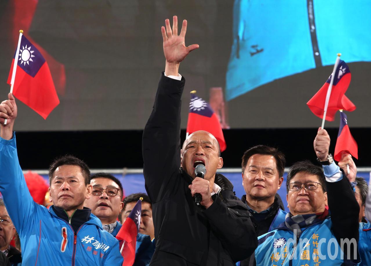 國民黨總統候選人韓國瑜(中)下午出席新竹縣總統與立委聯合競選總部成立大會,批評民...