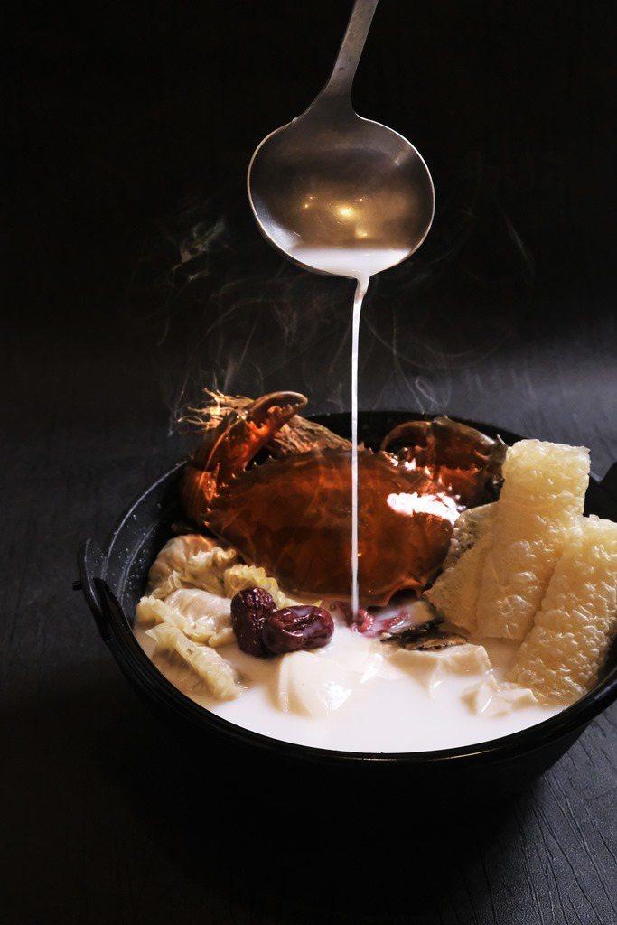 六福客棧金鳳廳推出「橫衝直撞豆花蟹」。圖/六福旅遊集團提供