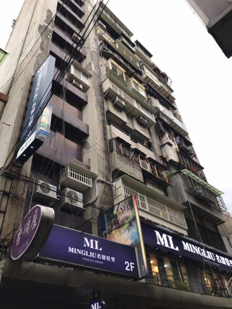 台北市傳出多起建物外牆磁磚掉落案件,疑因天氣冷縮效應導致。圖/台北市建管處提供