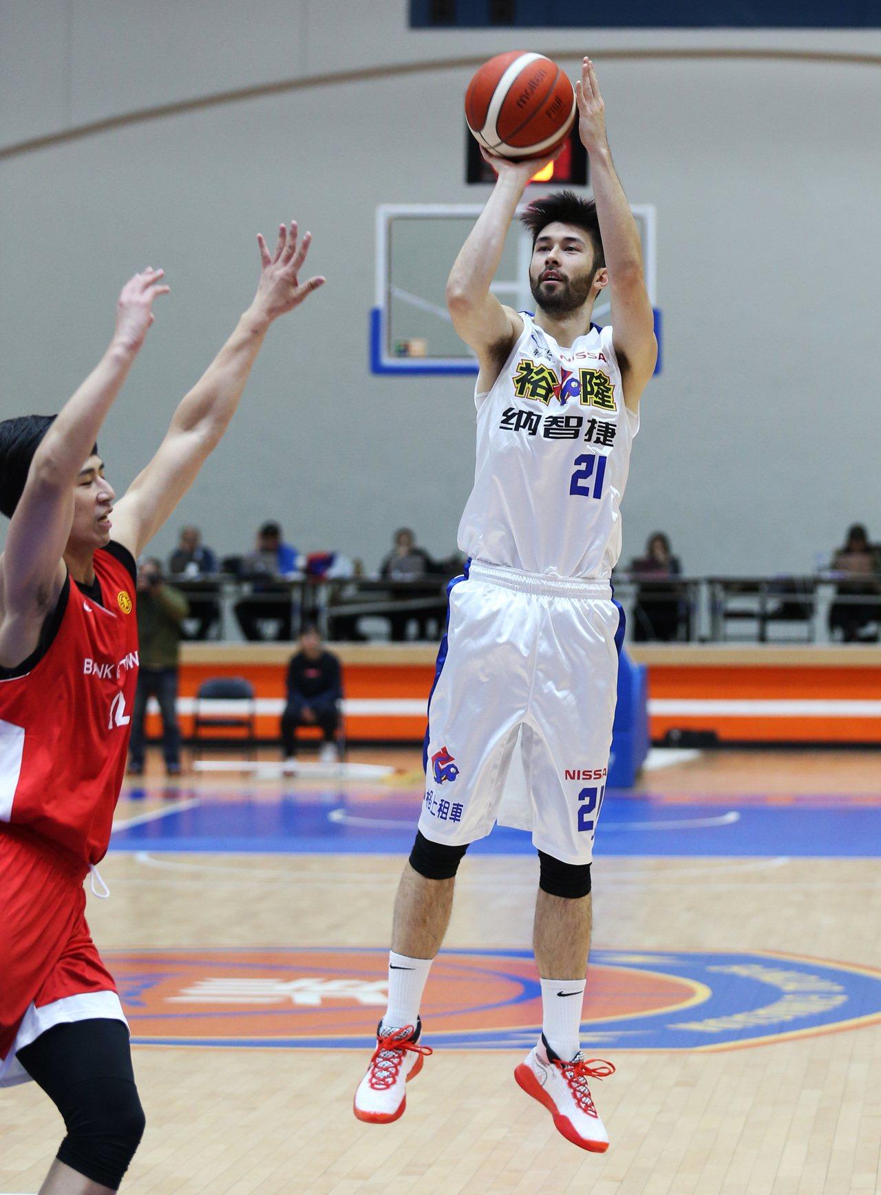 新球季改披裕隆隊戰袍的簡浩7分、2籃板。圖/中華籃球協會提供
