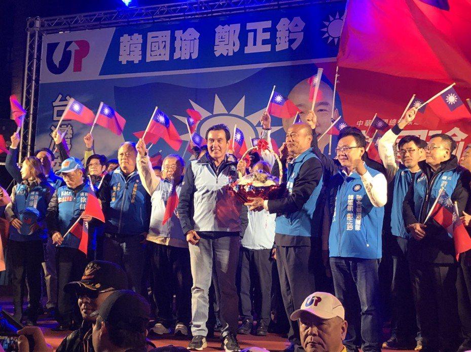 馬英九送給韓國瑜包子和粽子,代表選舉「包中」。記者王駿杰/攝影
