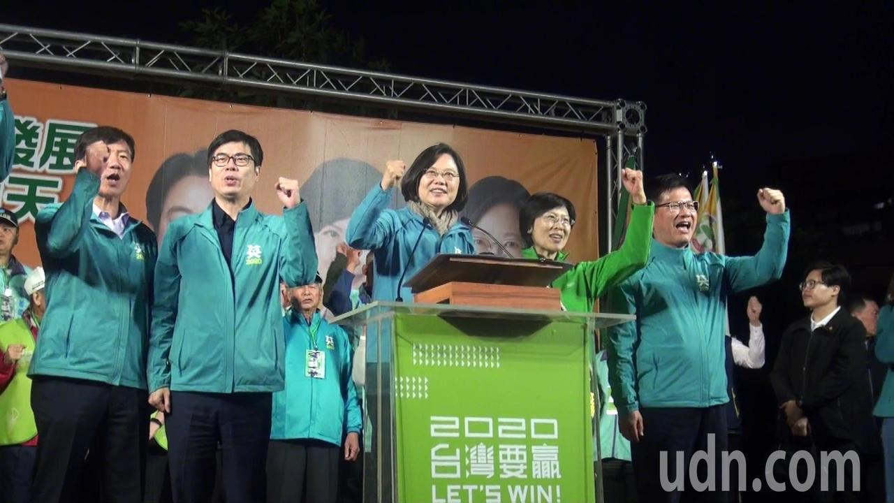 蔡英文為黨籍立委參選人林岱樺披上綵帶,稱許林是立院最打拚的立委。記者王昭月/攝影