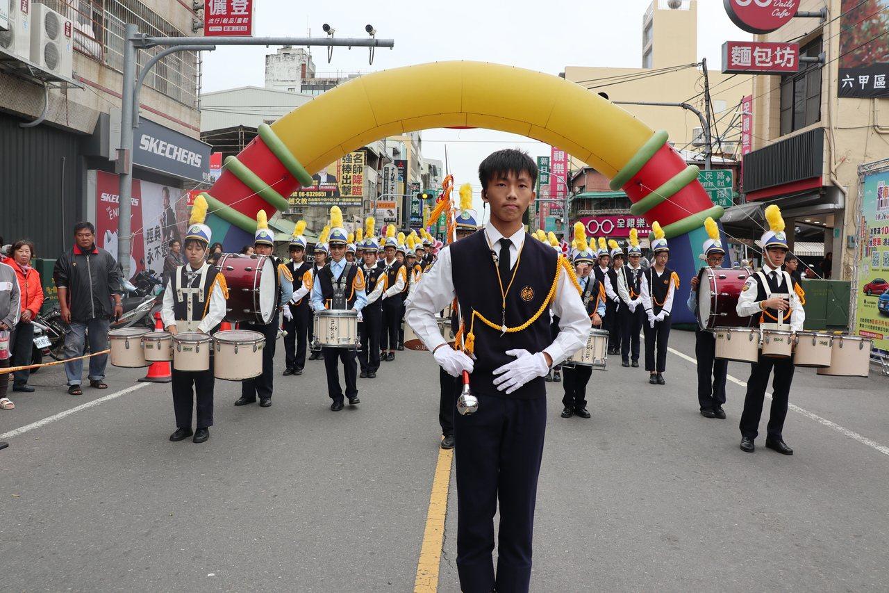 台南市新營嘉年華會由南光中學管樂團揭開序幕。圖/新營區公所提供