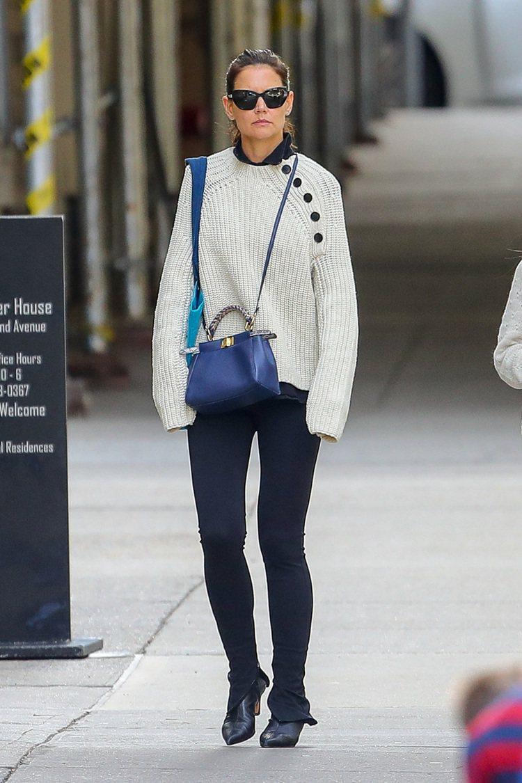 凱蒂荷姆斯手拿亮藍色FENDI Mini Peekaboo現身紐約街頭。圖/FE...