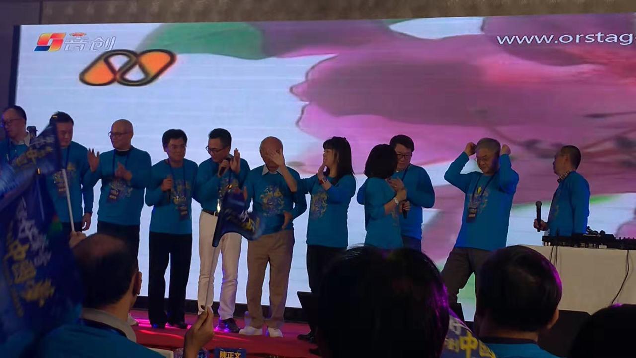 上海台協7日晚間舉辦「兩岸好聲音,共創中國夢」活動,圖為幹部在台上唱歌。特派記者...