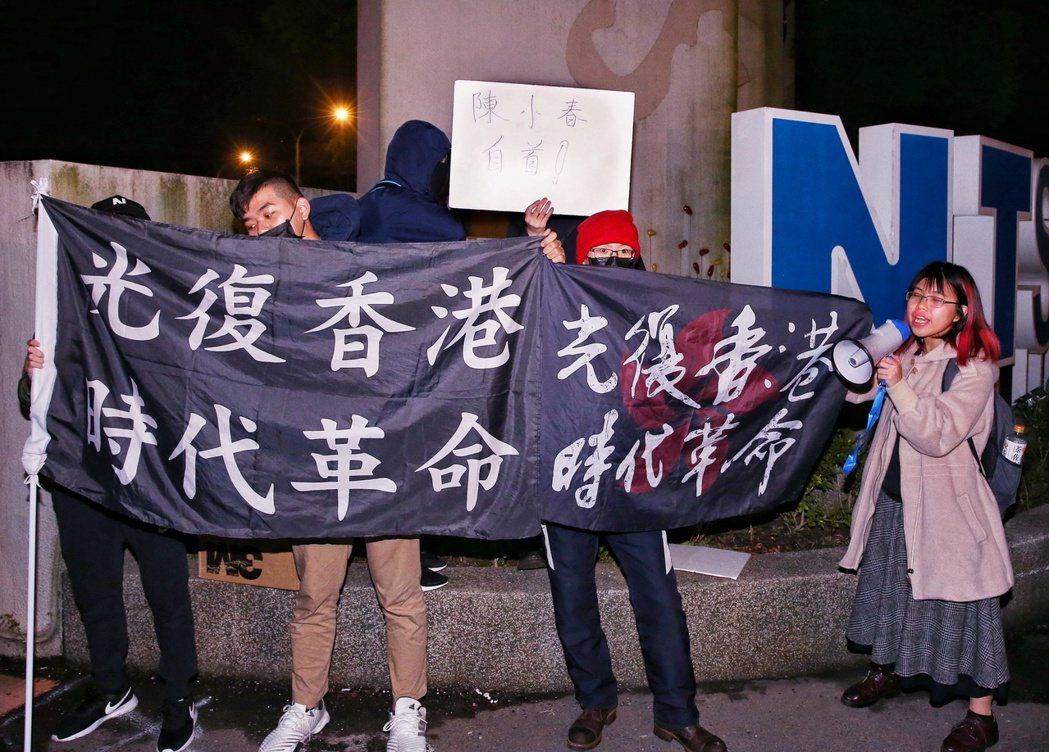 陳小春場內開唱,場外有民眾抗議。記者曾原信/攝影