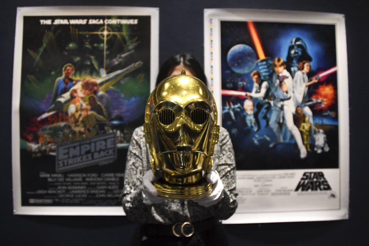 蘇富比電影海報顧問馬強特表示,他們花了超過一年的時間收集這些拍品。(美聯社)...