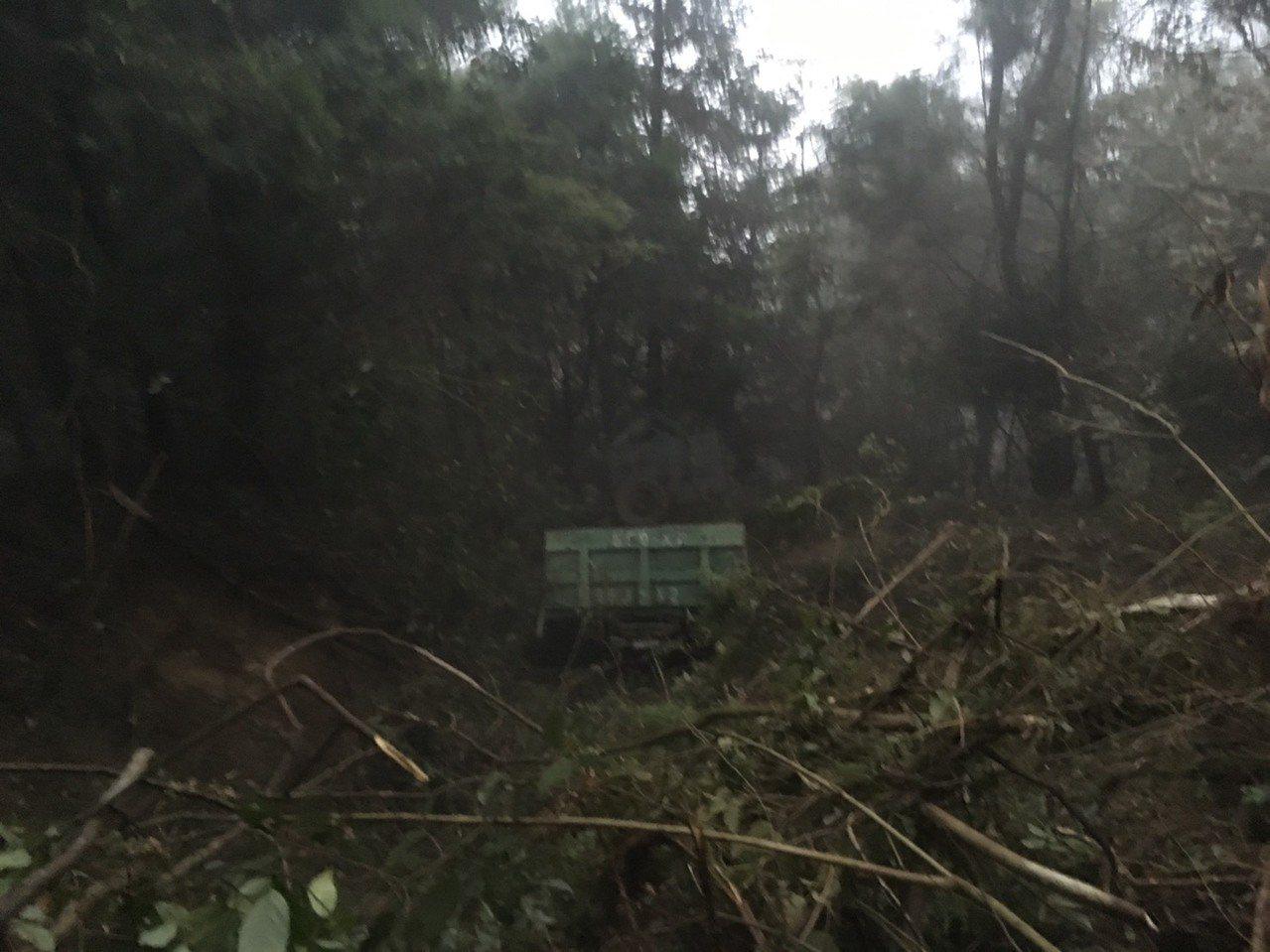 大貨車撞毀護欄墜谷,沿途樹木被夷平,可見衝擊力道之大。圖/南投縣消防局提供