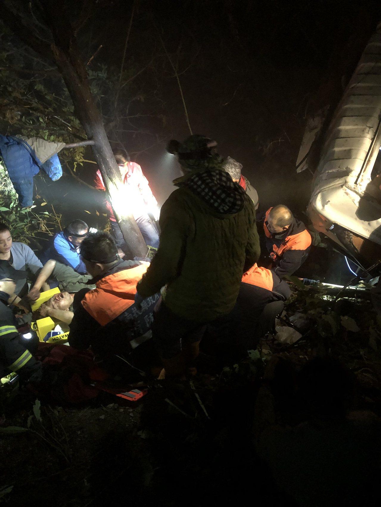 合歡山公路大貨車墜谷,救難人員爬下五十公尺深的山谷搶救。圖/南投縣消防局提供