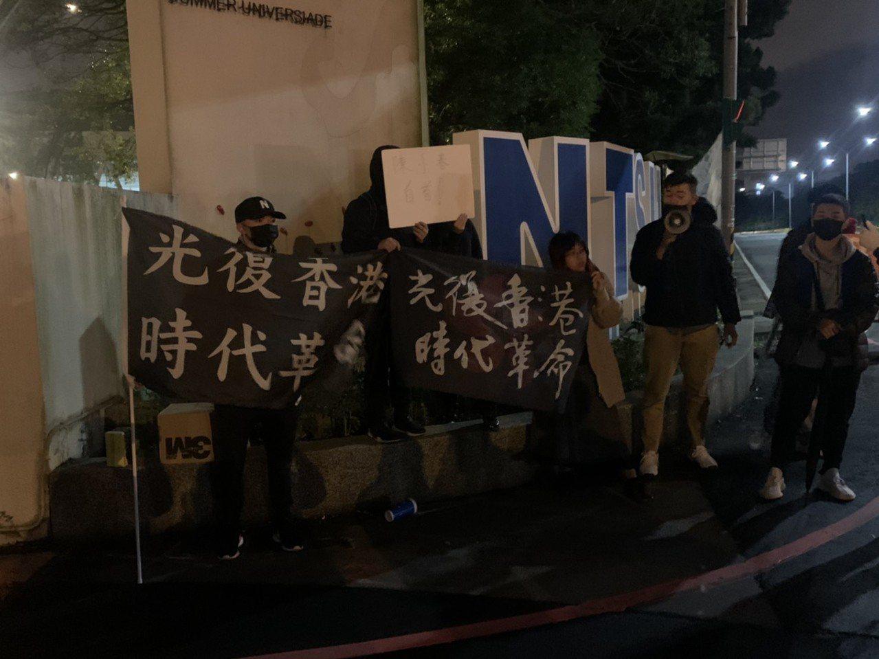 學生集中在校門口舉著「光復香港 時代革命」布條,高呼口號表達抗議訴求,所幸未釀正...