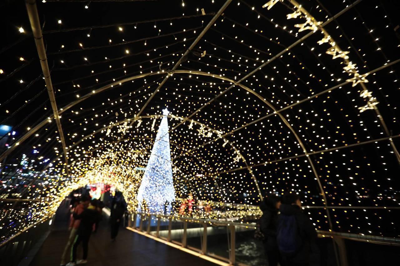 基隆耶誕點燈,海洋廣場閃亮亮許願橋成打卡熱點。圖/基隆市政府提供