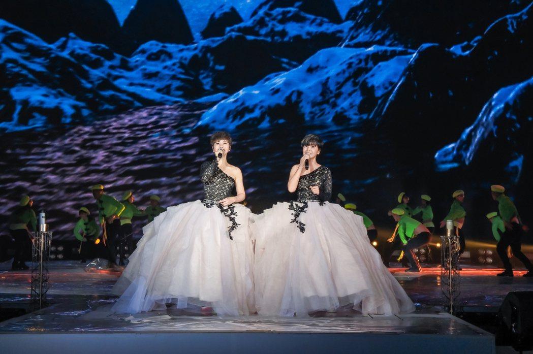 詹雅雯(左)與妹妹詹雅云獻唱多首歌曲。圖/寬宏提供
