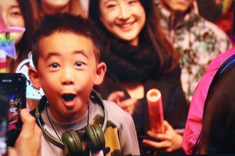 香港歌手陳小春「STOP ANGRY」今晚於林口體育館開唱,雖場外又是噴漆、又是抗議,但場內演出完全不受影響,在他演唱「相依為命」後,陳小春聊到為什麼演唱會叫「STOP ANGRY」,大螢幕突然出現...