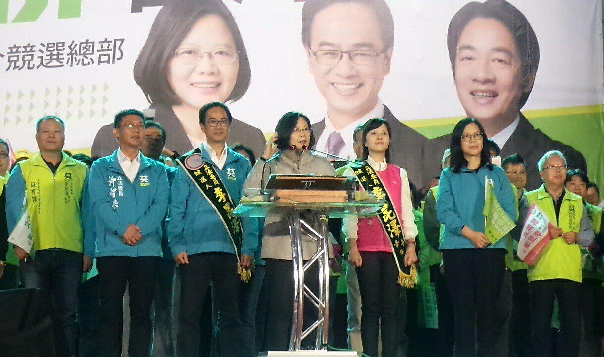 蔡英文為李昆澤站台,表示台灣要發展太空產業。記者林保光/攝影