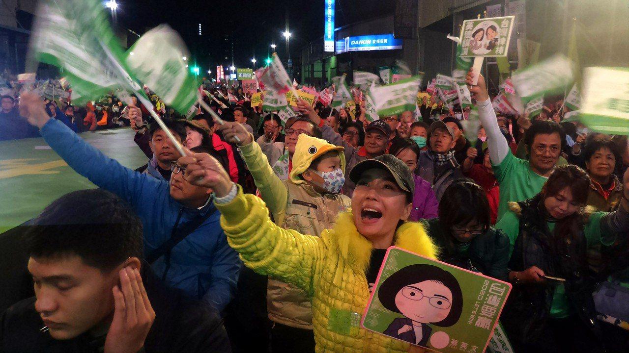 蔡英文今晚為李昆澤站台,支持者揮旗叫喊「凍蒜」。記者林保光/攝影