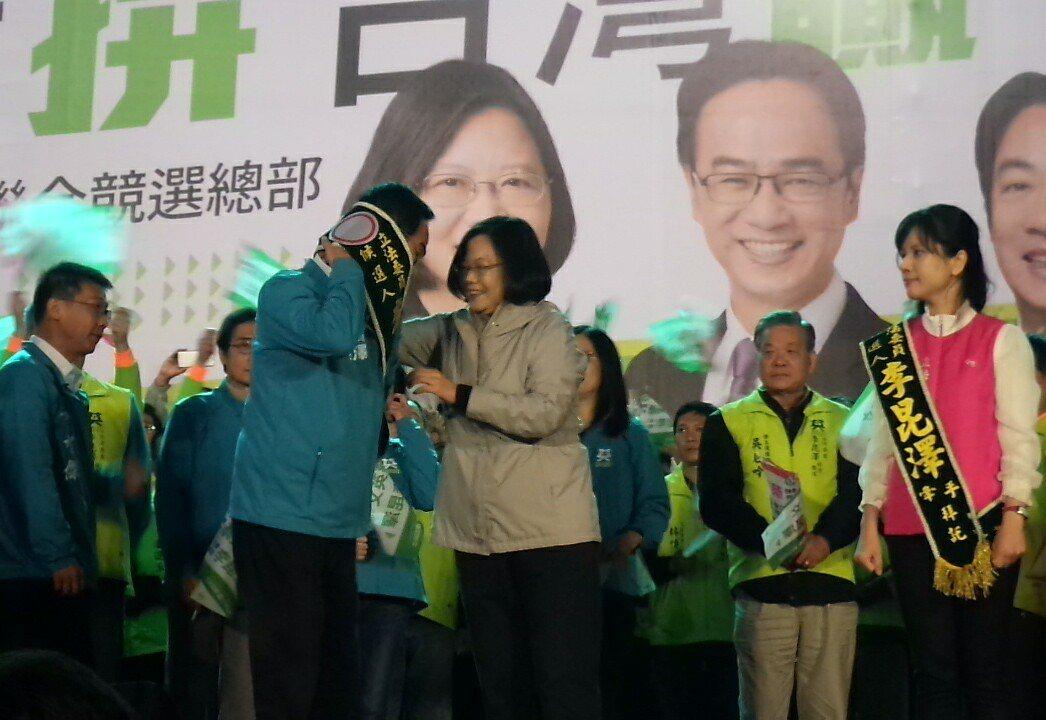 蔡英文為李昆澤戴上競選彩帶。記者林保光/攝影