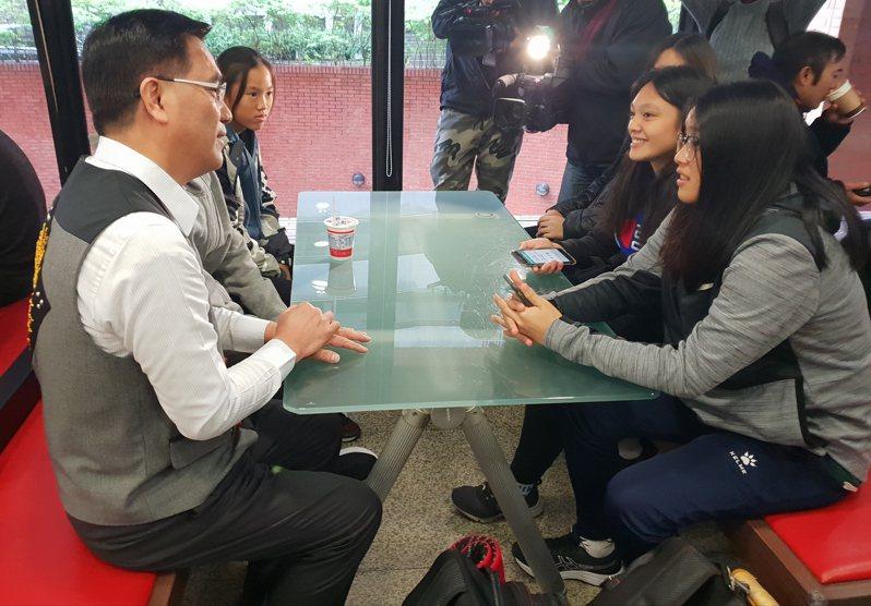 原民會主委夷將‧拔路兒(左)至台北考區台師大試區巡視,了解試務作業及應變中心相關處置,並為考生加油。記者陳宛茜/攝影