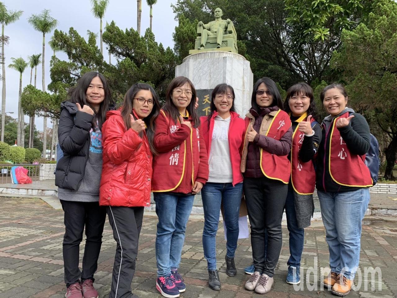 陳惠茹(右)等7名宏仁教職員,從學生時期一路走到現在,直言「回味無窮!」記者卜敏...