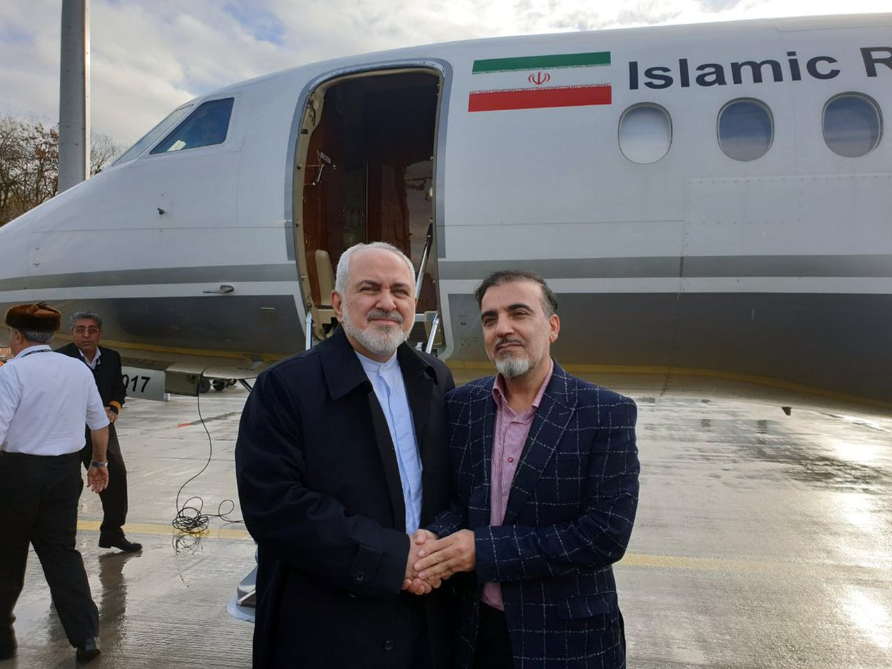 伊朗外長查瑞夫(左)在瑞士蘇黎士迎接獲釋的索雷馬尼返回德黑蘭。圖/美聯社