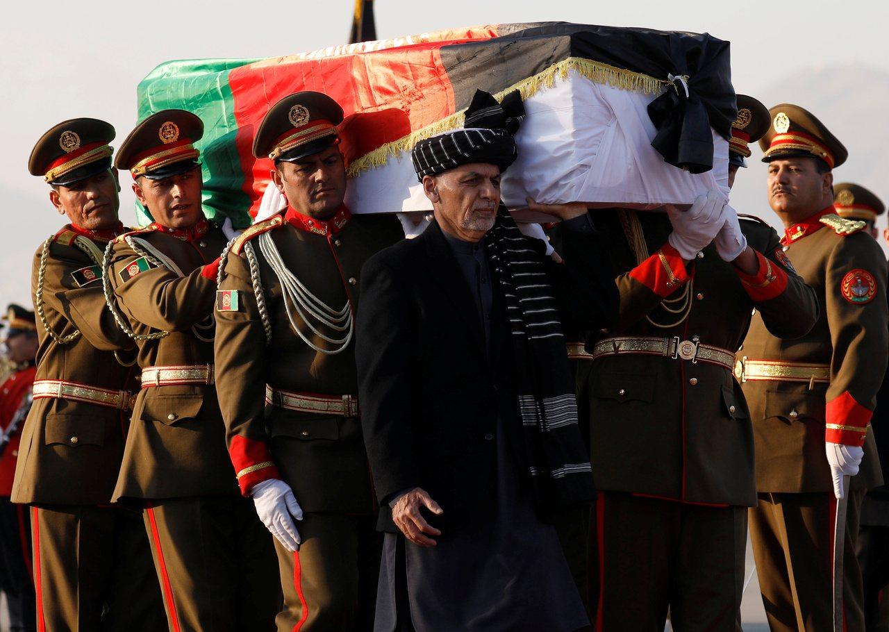 阿富汗總統甘尼(黑衣者)7日加入護棺行列,送中村哲最後一程。(路透)