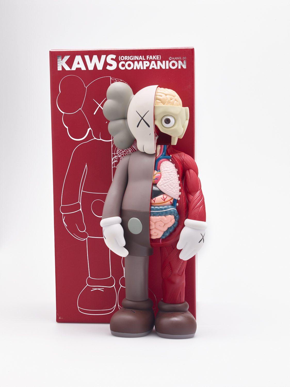 半透視的KAWS玩偶雕塑,受到不少街頭潮流玩家的喜愛。圖 / 富藝斯提供。