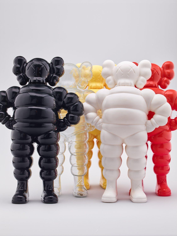 結合米其林輪胎人特徵的KAWS雕塑玩偶,一式多色。圖 / 富藝斯提供。