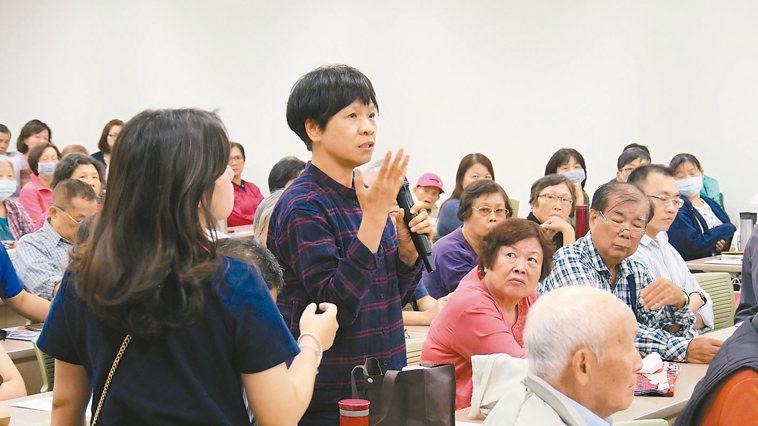 害怕骨質疏鬆威脅上身,講座現場民眾紛紛發問。 記者黃寅/攝影