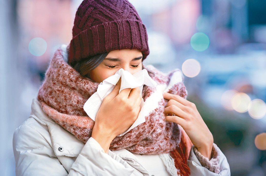 秋冬寒涼溫差大,加上空氣品質不佳,過敏性鼻炎患者不適頻求診。中醫師表示,善用中醫...