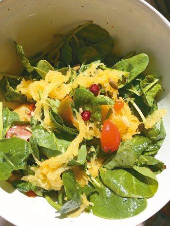 義大利麵南瓜拌入生菜沙拉,最能吃出原味。 朱慧芳
